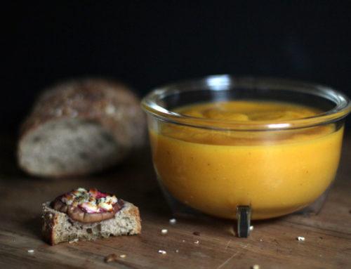 Pikante Kürbissuppe und Feta-Brötchen mit Feigen