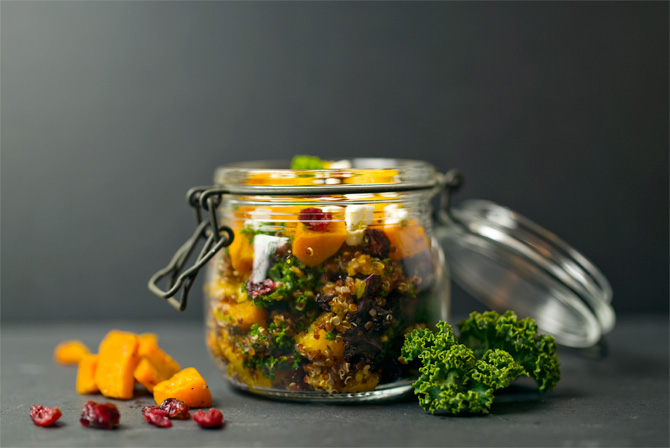 roter quinoasalat mit orangen k rbis federkohl feta lunch im glas. Black Bedroom Furniture Sets. Home Design Ideas