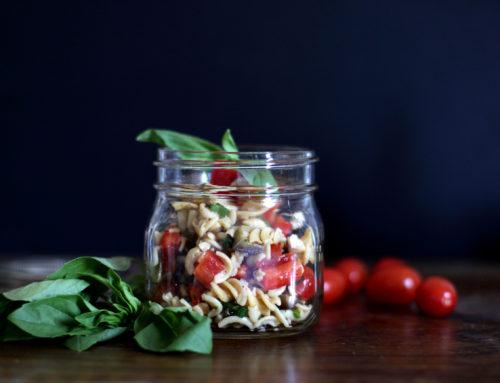 Mediterraner Kichererbsenpasta-Salat