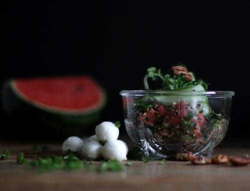 Wassermelonen-Salat mit Quinoa, Pekannnüssen und Mozzarella
