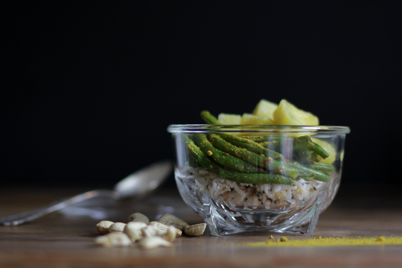 Kokosreis mit Currybohnen und Ananas